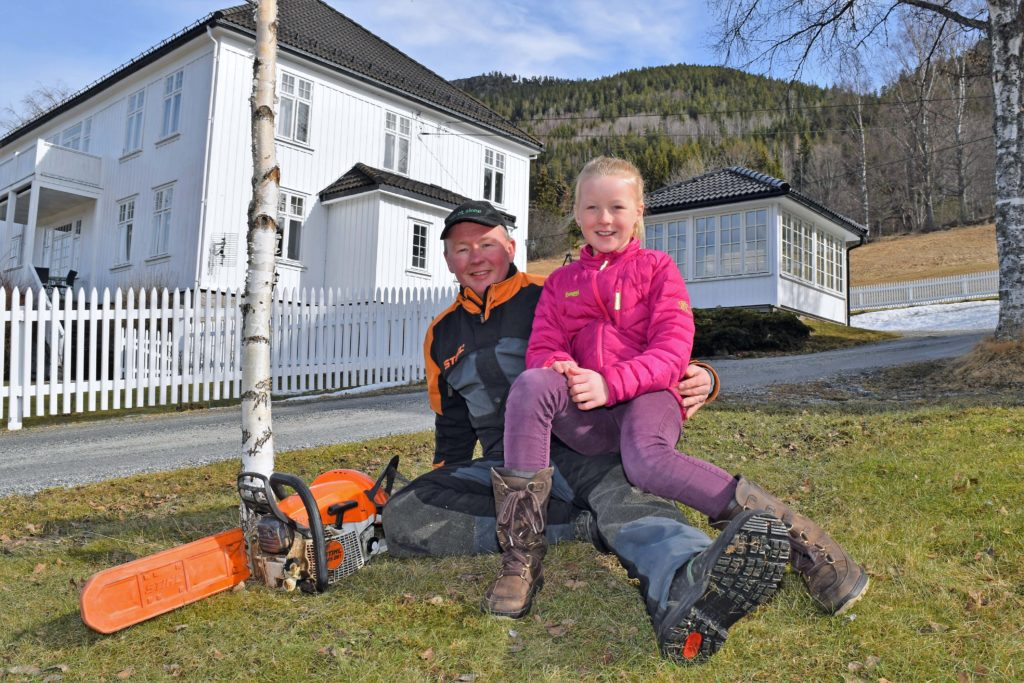 Olav A. Veum med datteren Frida foran gården.