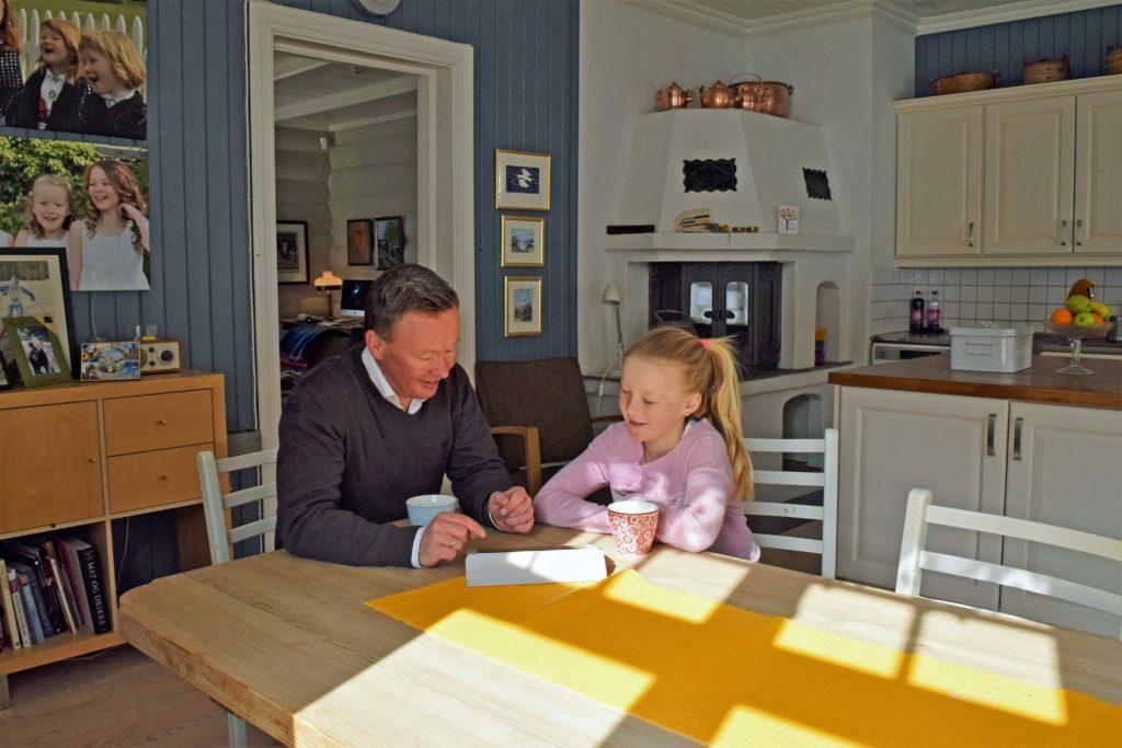 Olav med dattera på kjøkkenet
