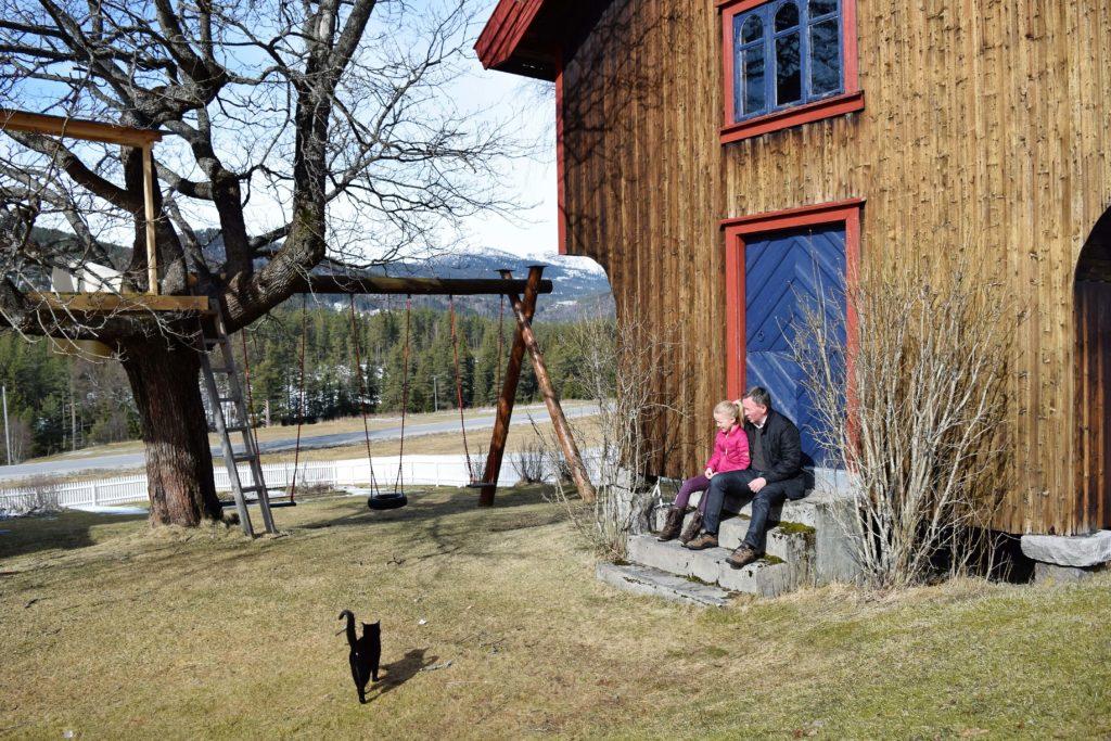 Olav og dattera foran stabburet