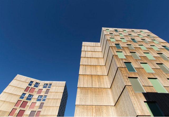 Ved å bygge i tre kan redusere utslipp fra mer energiintensive byggematerialer, samtidig som trebygget lagrer karbon. Her fra Moholt studentby i Trondheim. Foto: MDH Arkitekter